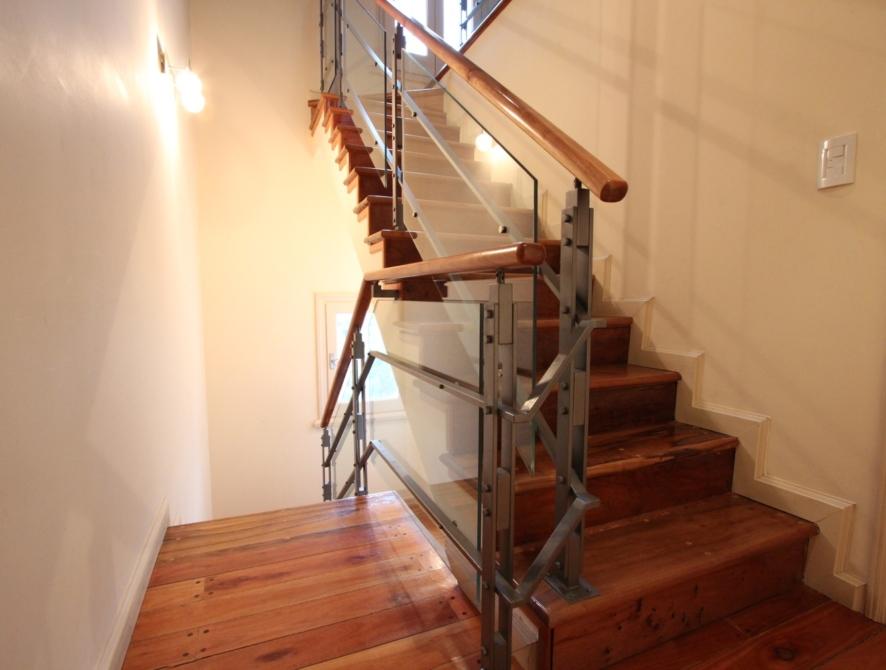 Escalera de madera metal y vidrio