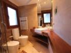 Mesada corrida de madera en baño